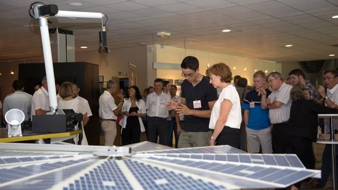 Visite de la rectrice Hélène Bernard au CNES Toulouse pour la remise officielle d'Elysium, réplique d'Insight