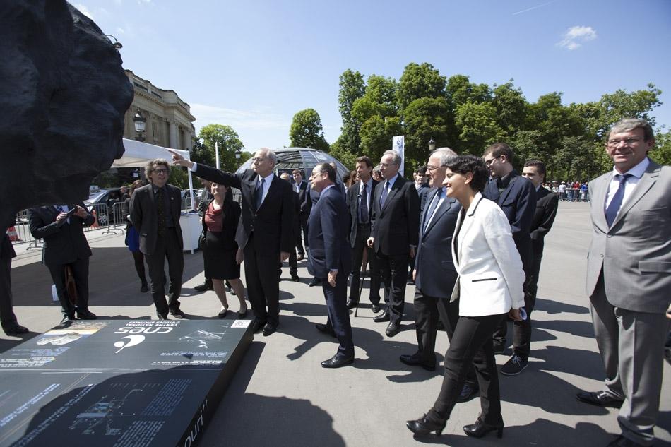 François Hollande visite l'exposition Philae sur les Champs Elysées