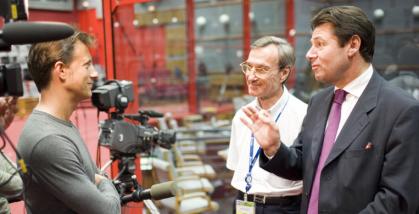 Christian Estrosi (secrétaire d'Etat à l'Outre mer) et Yannick D'Escatha (président du CNES) au micro de Vincent Perrot lors de la visite du CSG. Crédits : CNES/Christophe Gerald