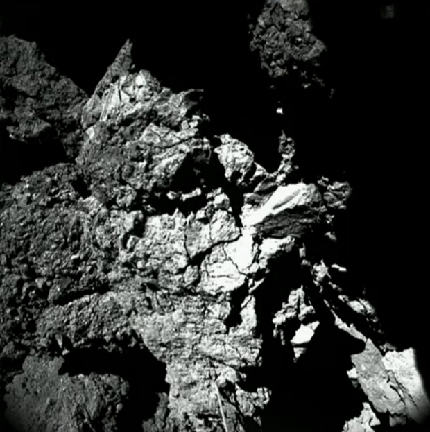 Image brute provenant de la caméra 4 de CIVA ; prise le 13 novembre 2014. Cette paroi semble constituée de matériaux très durs. Crédits : ESA/Rosetta/Philae/CIVA.
