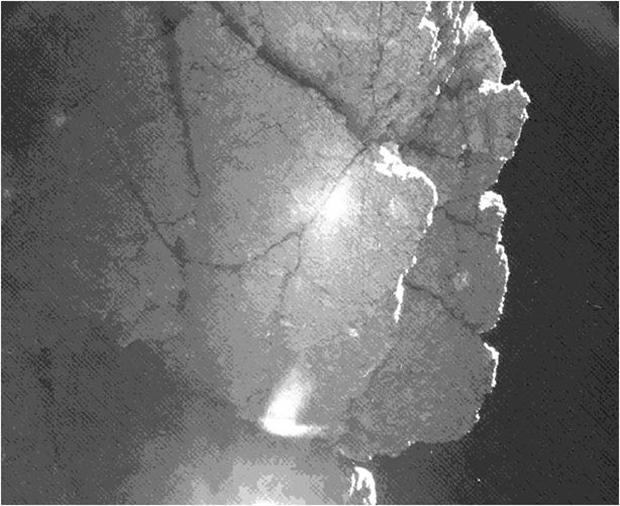 Photographiée par l'une des caméras de CIVA, cette paroi se situe juste à côté de l'atterrisseur et lui fait de l'ombre. Elle pourrait le protéger de la surchauffe et lui permettre de survivre jusqu'au périhélie. Crédits : ESA/Rosetta...