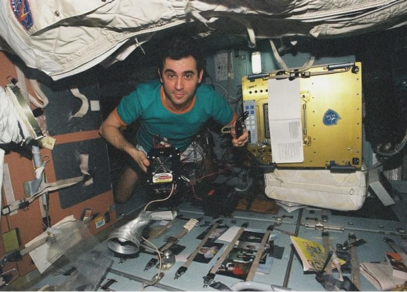 A bord de Mir en 1998 lors de la mission franco-russe Pégase. Crédits : CNES