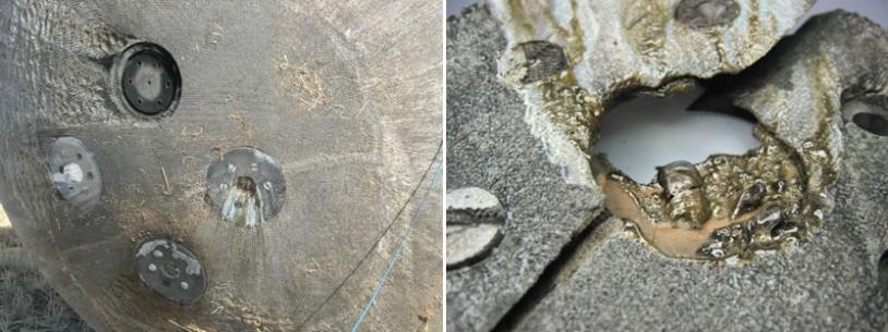 Les porte-échantillons contenant les roches exposées à la rentrée atmosphérique sont bien visibles.  L'un d'eux a été arraché avec sa pierre durant la rentrée. A droite, détail d'une des roches, fusionnée par la chaleur.