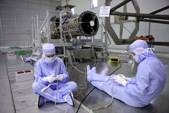 Essais sur le téléscope des satellites Pléiades. Crédits : CNES.