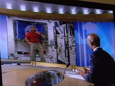 Au milieu de ses journées chargées, Léopold Eyharts participe à des opérations de communications, ici lors du journal de 20 heures de TF1 le 26 février. Source : TF1