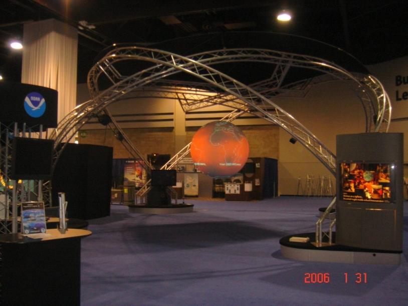 """Le dispositif """"Science on a Sphere"""", présenté à Strasbourg, dans le cadre d'un partenariat CNES/NOAA. Source : NOAA."""