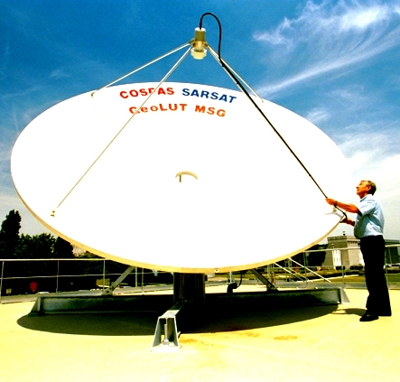 Antenne Cospas-Sarsat. Crédits : CNES.