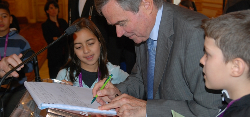 Séance de dédicaces pour Bernard Accoyer, président de l'Assemblée Nationale. Crédits : CNES.