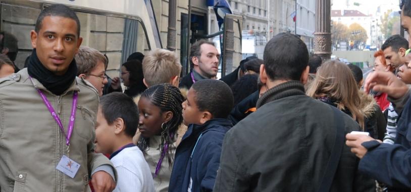Arrivée rue de l'Université en fin de matinée pour la quarantaine de jeunes d'Espace dans ma Ville. Crédits : CNES.