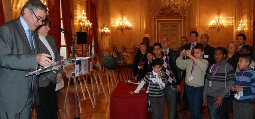 Les jeunes ont écouté avec attention le message d'encouragement délivré par Bernard Accoyer, président de l'Assemblée Nationale. Crédits : CNES.
