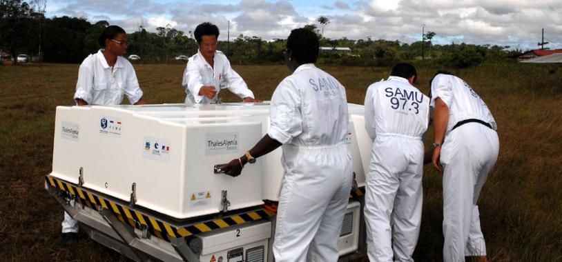 Après une formation, les secouristes sont capables de déployer et d'utiliser le matériel du PSMA en moins d'1 h seulement. A l'hôpital de Cayenne, 60 % des effectifs sont aujourd'hui formés. Crédits : Activité Optique Vidéo du CNES/CSG.