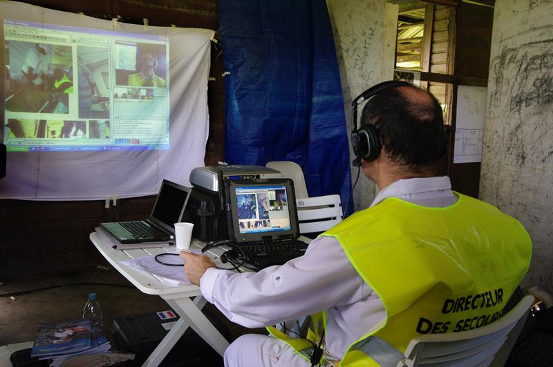 Le dispositif de visioconférence permet d'organiser au mieux les secours. Crédits : CNES/P. Collot.