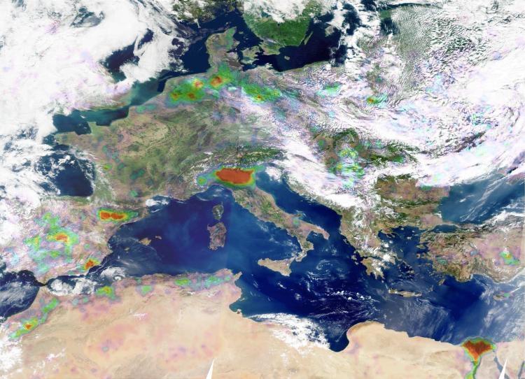 Distributions d'ammoniac en 2008 mesurées par le sondeur IASI/MetOp au-dessus de l'Europe (du jaune au rouge, les couleurs indiquent des concentrations d'ammoniac de plus en plus fortes). Crédits : ULB/CNES/INSU-CNRS.
