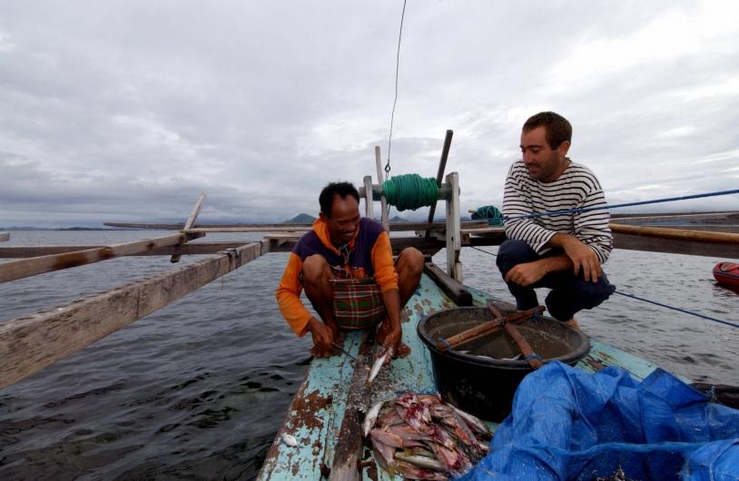 Amaury Bironneau (à droite) avec un pêcheur Badjao, dans le détroit de Komodo en Indonésie. Crédits : La Boudeuse.