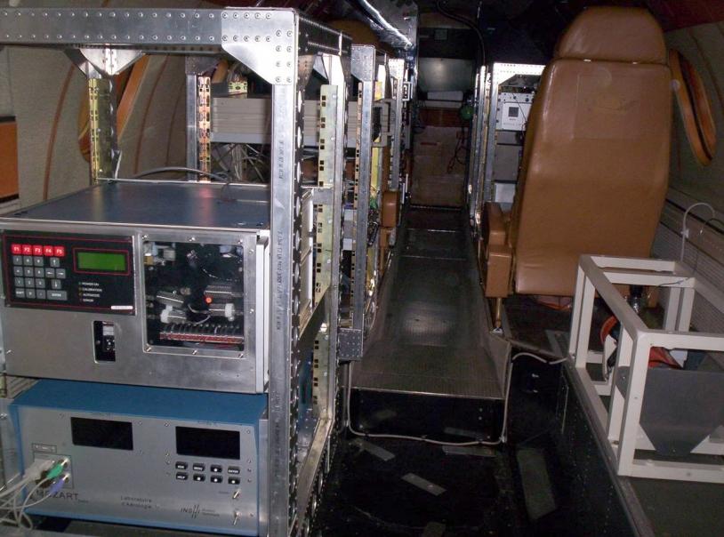 Aménagement scientifique intérieur « chimie » du Falcon 20 pour la campagne AMMA (2006). Crédits : SAFIRE.