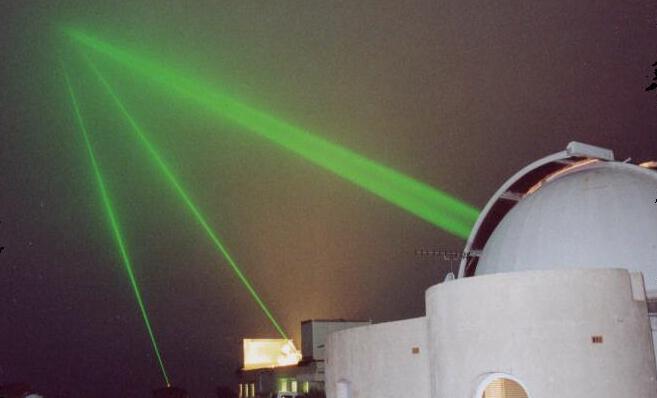 6 fois par jour, jusqu'en septembre, de très brèves impulsions lumineuses seront émises simultanément depuis les installations de l'Observatoire de Paris et de l'Observatoire de la Côte d'Azur vers le satellite Jason 2. Crédits : OCA.