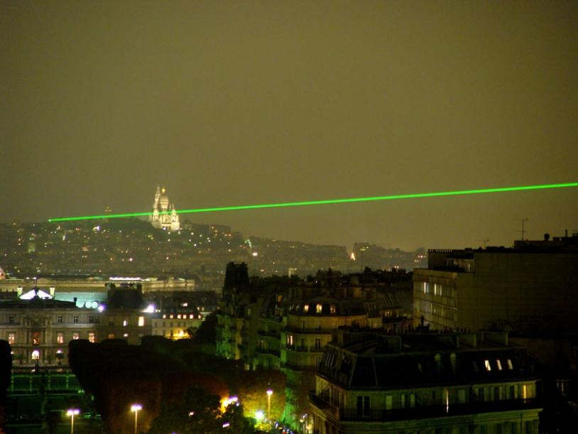 Les tirs laser de l'Observatoire de Paris dureront tout l'été. Crédits : Obspm/D. Monseigny.
