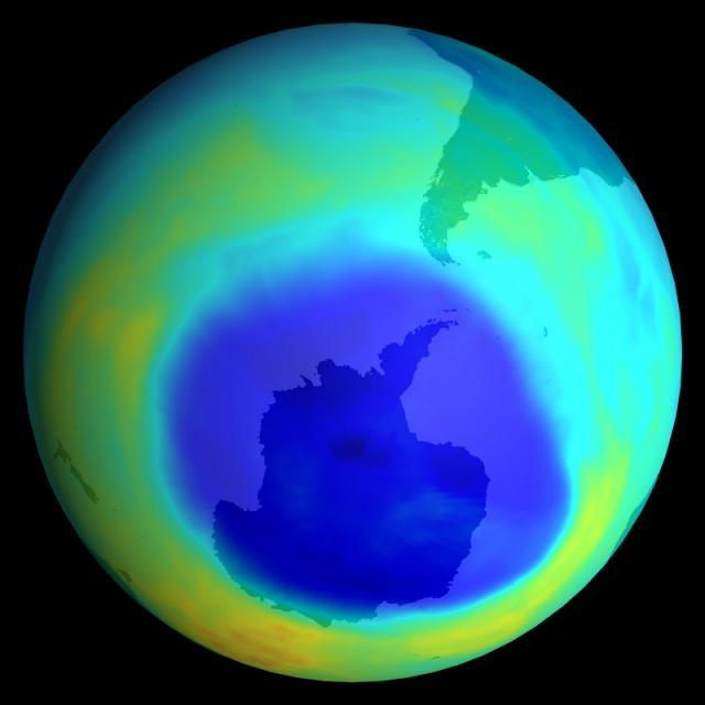 Trou d'ozone au pôle sud de la Terre (en bleu). Crédits : Ciel & Espace.