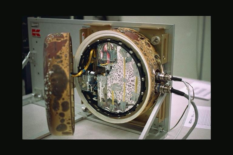 Module d'exposition de l'ESA à l'intérieur duquel se trouvait l'expérience UVolution ici lors de son retour su Terre en 2007. Crédits : ESA.