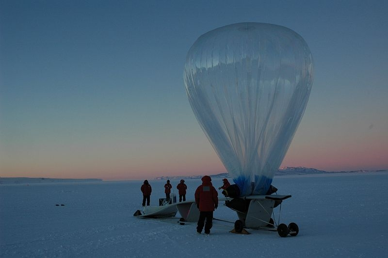 Balloon release during the Vorcore campaign from McMurdo research base in 2005. Credits: Cnes/ P. Cocquerez.