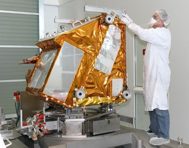 Préparation de Iasi aux essais de compatibilité éléctromagnétique en 2006. Crédits : CNES.