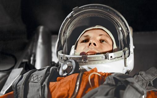 Le cosmonaute Youri Gagarine à bord du vaisseau spatial Vostok. Crédits : RIA Novosti.
