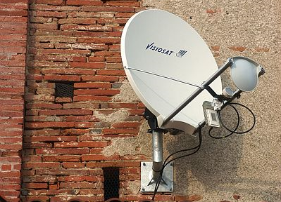 Antenne permettant de recevoir l'Internet « haut débit » dans le village de Saint-Léon (Haute-Garonne). Crédits : CNES/E. Grimault.