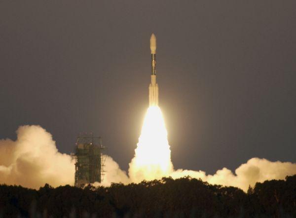 Lancement de Jason-1, le 7 décembre 2001, depuis Vandenberg en Californie par une fusée américaine Delta II. Crédits : NASA/JPL.