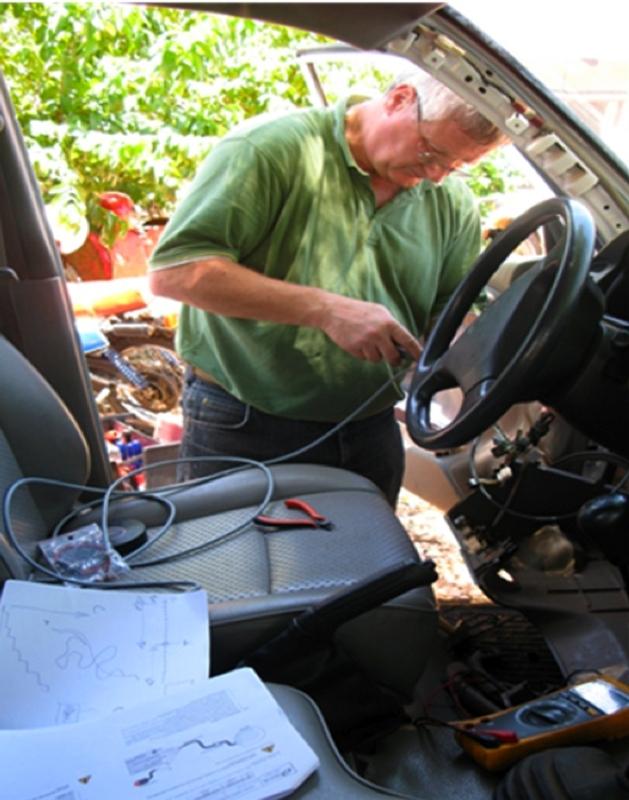 Installation de moyens de télécommunications à l'intérieur d'un véhicule du HCR. Crédits : HCR.