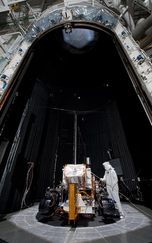 Curiosity dans l'enceinte simulant les conditions atmosphériques martiennes au JPL (Californie). Crédits : NASA.