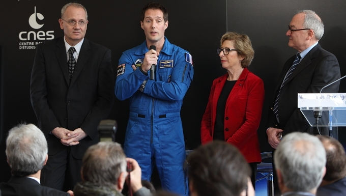 CNES President Jean-Yves Le Gall, ESA astronaut Thomas Pesquet, Geneviève Fioraso, Minister for Higher Education and Research, and Jean-Jacques Dordain, Director General of ESA. Credits: CNES/E. Lefeuvre.