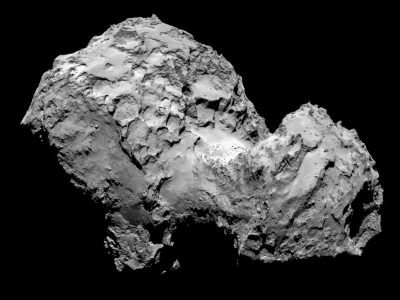 Le noyau de 67P imagé par la caméra OSIRIS-NAC le 3 août 2014 à 285 km de distance ; la résolution est de 5,3 m/pixel. Crédits : ESA/Rosetta/MPS for OSIRIS Team  MPS/UPD/LAM/IAA/SSO/INTA/UPM/DASP/IDA.