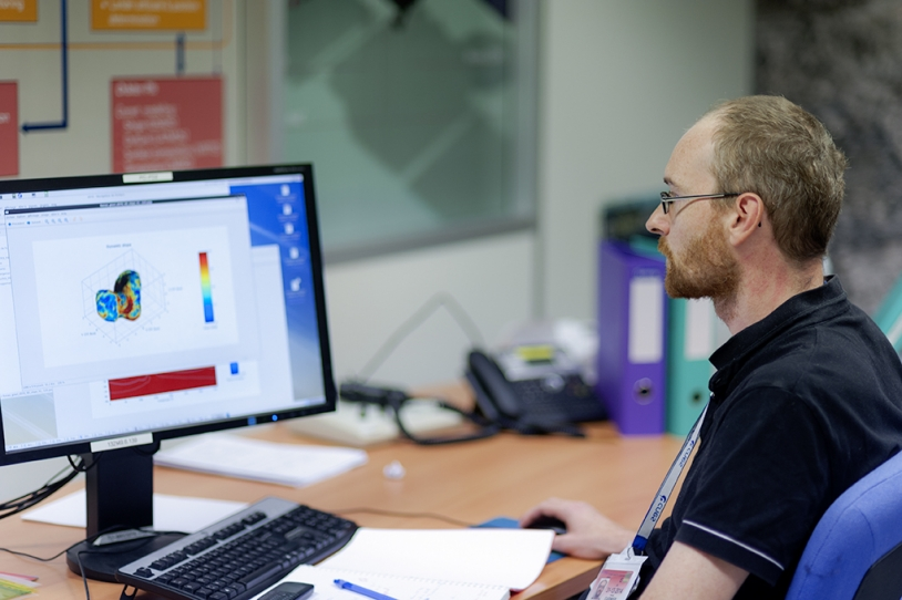 Romain Garmier, ingénieur en mécanique spatiale au SONC (au CNES de Toulouse). Crédits : CNES/G. Cannat.