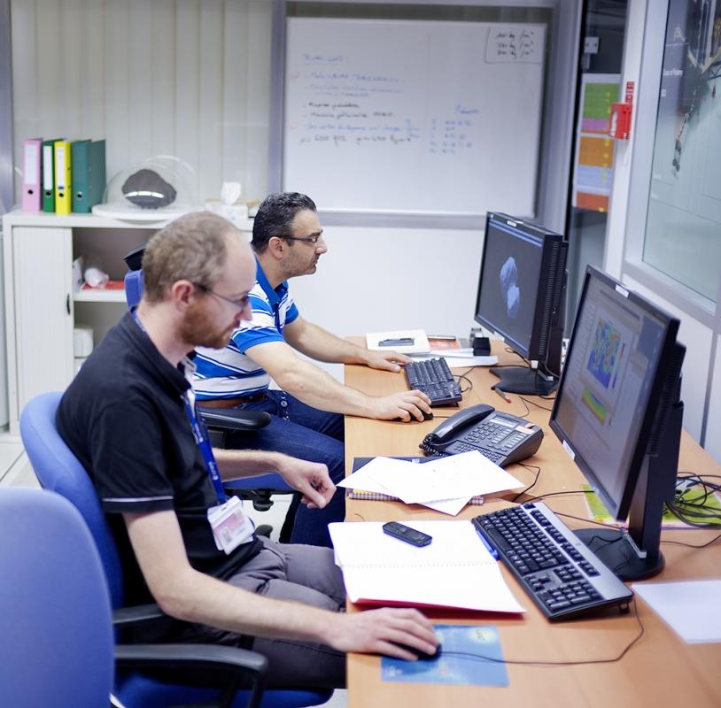 Romain Garmier et Thierry Ceolin, 2 des 6 ingénieurs en mécanique spatiale du SONC (CNES-Toulouse) qui calculent les trajectoires d'atterrissages possibles sur le noyau de 67P. Crédits : CNES/G. Cannat.