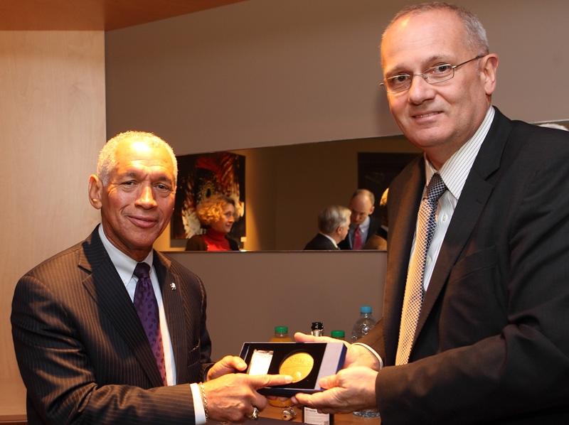 Charles Bolden, administrateur de la NASA et Jean-Yves Le Gall, président du CNES, au siège du CNES à Paris le 28 janvier 2014. Crédits : CNES/E. Lefeuvre.