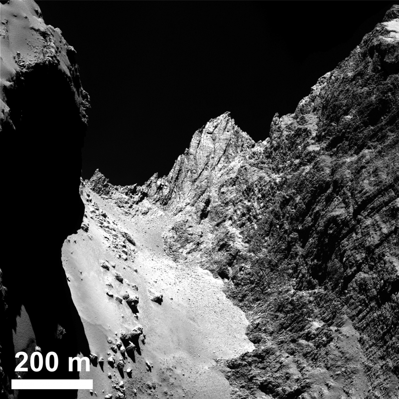 Hathor, la falaise de 900 m qui surplombe le cou. Crédits : ESA/Rosetta/MPS for OSIRIS Team MPS/UPD/LAM/IAA/SSO/INTA/UPM/DASP/IDA.
