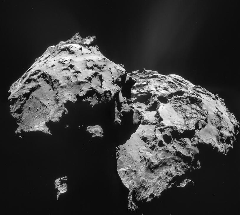Sur les images insuffisamment résolues de juillet 2014, le bassin d'effondrement d'Hatmehit, visible sur le petit lobe, pouvait être pris pour un cratère, mais cette hypothèse est totalement exclue à présent. Crédits : ESA/Rosetta/NAVCAM...