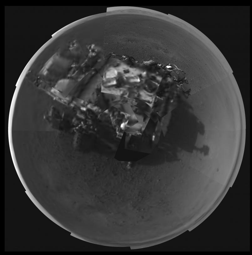 Curiosity tire son portrait depuis le mât