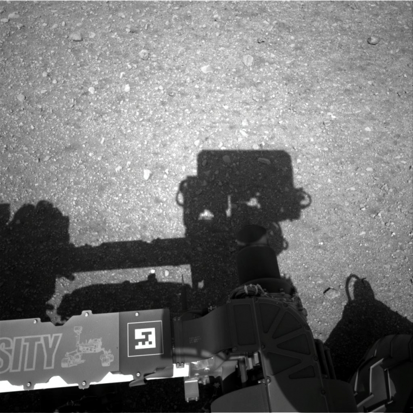 L'ombre de Curiosity sur le sol martien