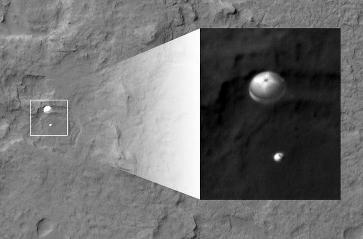 La descente sous parachute de Curiosity observé par la sonde MRO